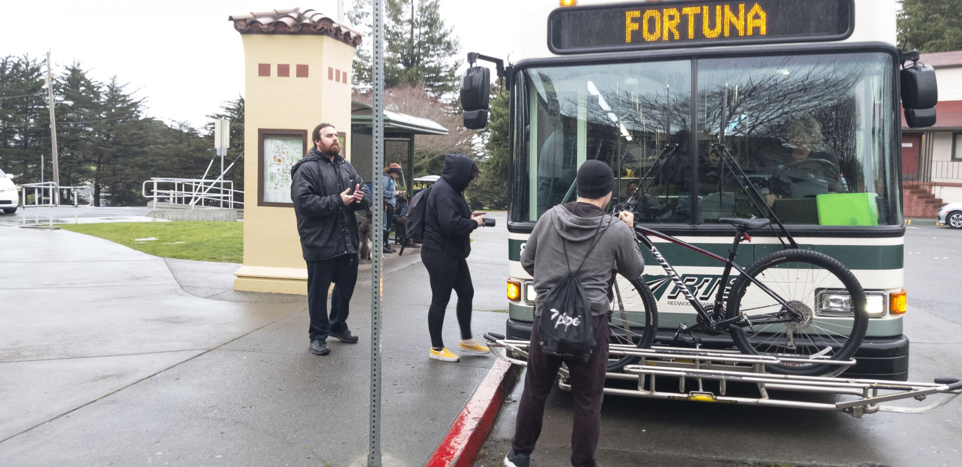 The RTS bus stopping at the HSU library circle. | Photo by Luis Lopez.