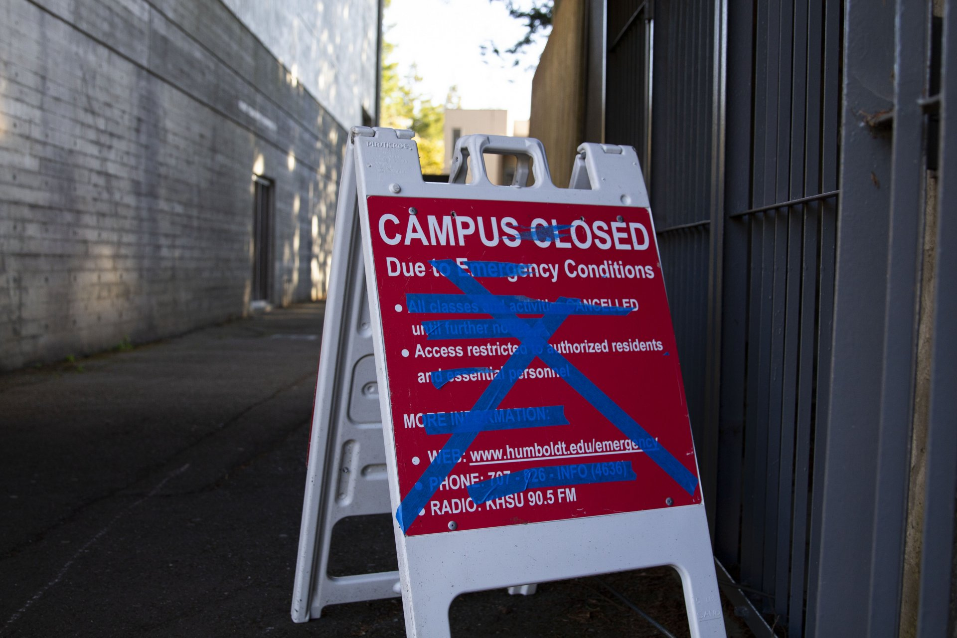 A sign outside of the Redwood Bowl informs the public of the campus closure due to COVID-19 on April 13. | Photo by Thomas Lal